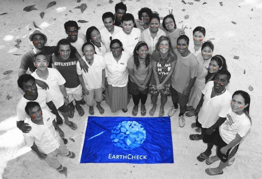 Bandera EarthCheck con estudiantes