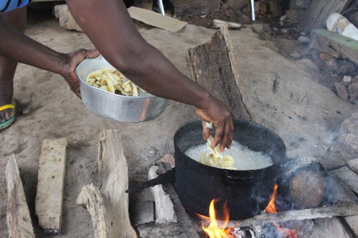 Preparing Bobó Fito - banana fried in coconut oil