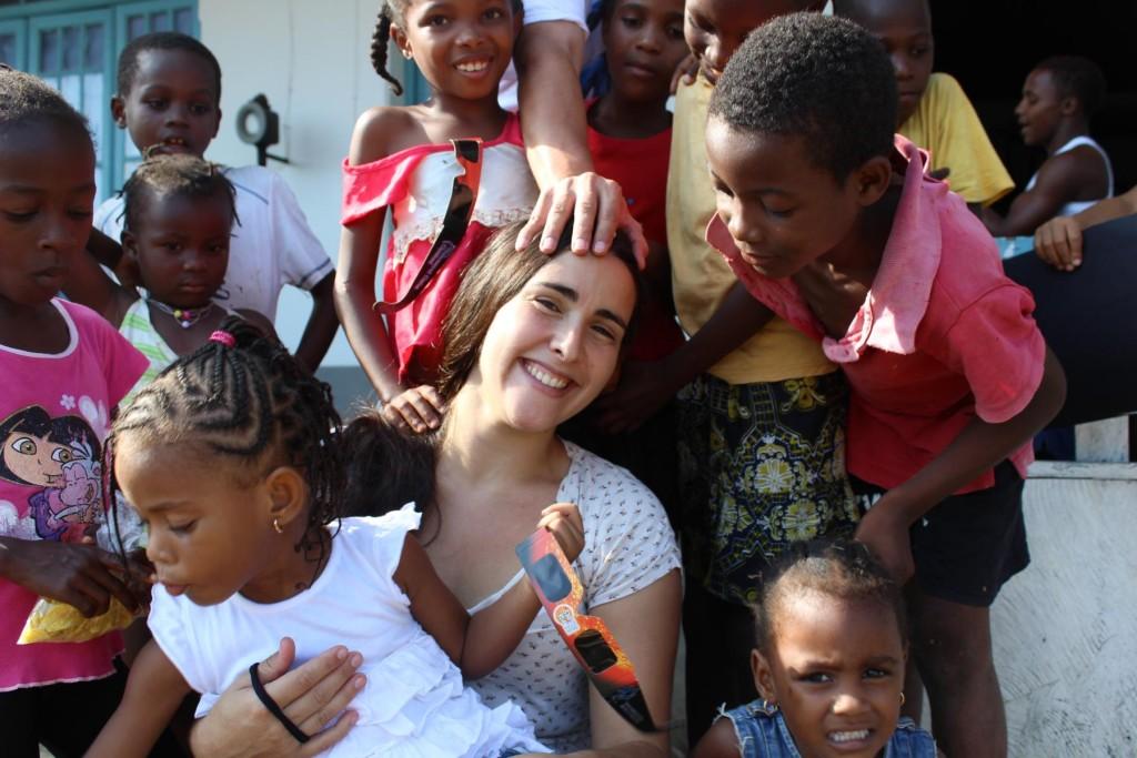 Estrela Matilde con ninos en Isla Principe